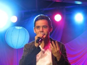 David Archuleta holding 3 fingers up Layton Utah Credit Shelley Fans of David