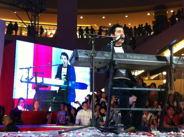 david-singing-cr-bench