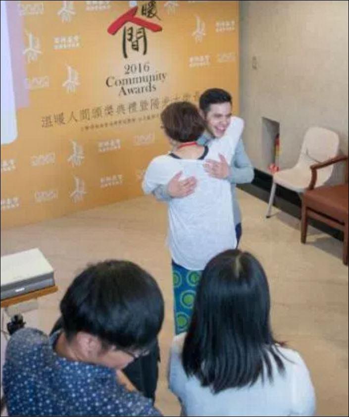 david and gengen hug
