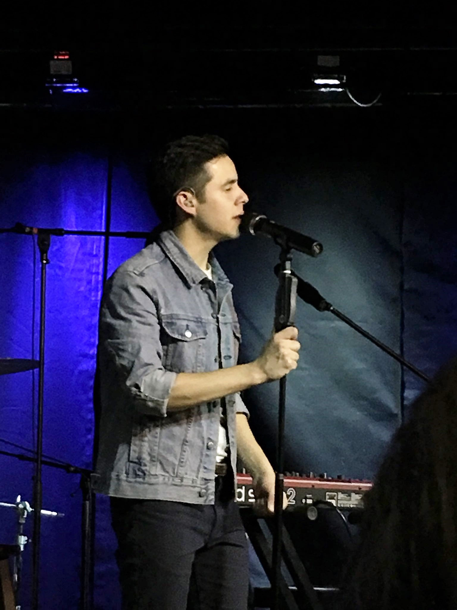 David Archuleta holds the mike cincinnati